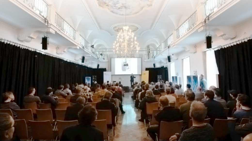 Das MikroForum ist eine zweitägige Veranstaltung in der Heimatstadt von Schoeps, in der wunderschönen Karlsburg in Karlsruhe-Durlach. Wir haben mit dem MikroForum eine Tagung gestaltet, zu der wir selber gerne gehen würden. Das MikroForum bietet gleichzeitig höchste Qualität der Vorträge und Workshops, direkte und kompetente Information von den anwesenden Herstellern und eine freundliche, familiäre Atmosphäre. Das 3. MikroForum findet am 16. und 17. April 2020 statt. Am nächsten Montag, 13. Januar 2020, 11:00 Uhr startet die Registrierung zum 3. MikroForum unter diesem Link. Der Unkostenbeitrag für Teilnehmer beträgt 120 € für beide Tage, 80 € für einen Tag, Studenten und Auszubildende zahlen ermäßigt 60 bzw. 40 € (alles inkl. MwSt.). Die Tickets beinhalten die Tagungsteilnahme mit Snacks, Getränken und kleinem Mittagessen.